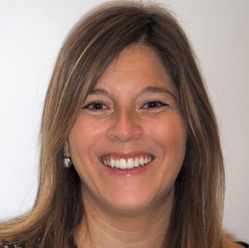 Silvia pudo corregir su problema de apiñamiento dental con un tratamiento de ortodoncia invisible lingual con extracciones